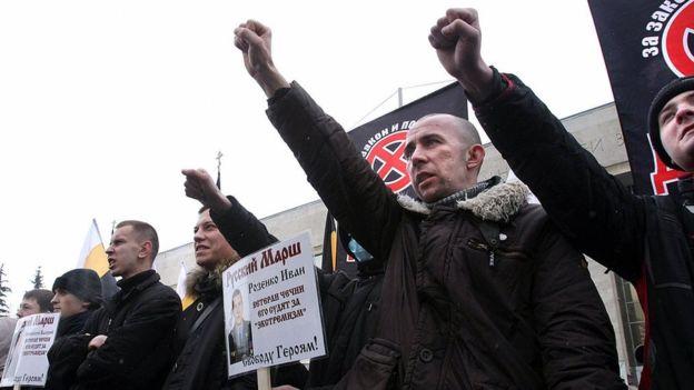 Extremistas nacionalistas rusos sostienen carteles contra los inmigrantes durante una protesta